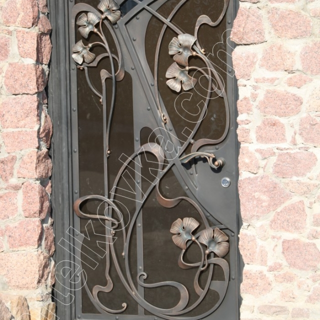 Forged gate, monolithic polycarbonate
