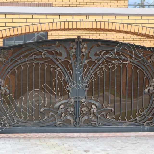 Gate with polycarbonate