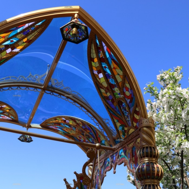Swing stained glass and polycarbonate