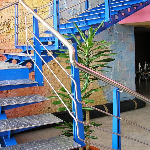 Staircase on stringers made of stainless steel